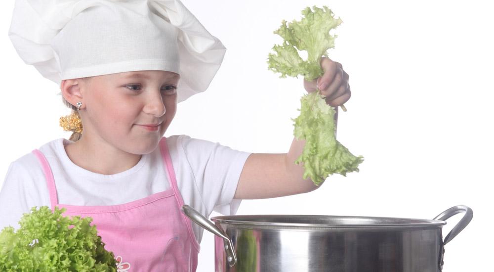 5. Cocinar con los niños  Cocinar con los niños no sólo es divertido, ¡es también una buena manera de interesar a los niños en la comida! Si invitas a tus hijos a cocinar contigo, seguramente luego tengan aún más ganas de probar la comida. Preséntales un par de recetas con verduras y deja que sean ellos quienes decidan qué cocinar.
