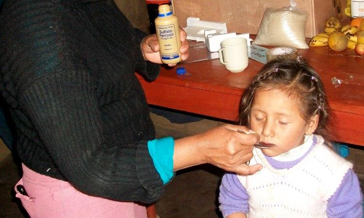 Fanny Contreras refuerza la alimentación de Belén con sulfato ferroso