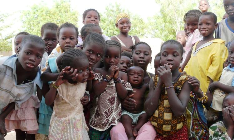 Grupo de niños, niñas y adolescentes en una comunidad de la región de Segou
