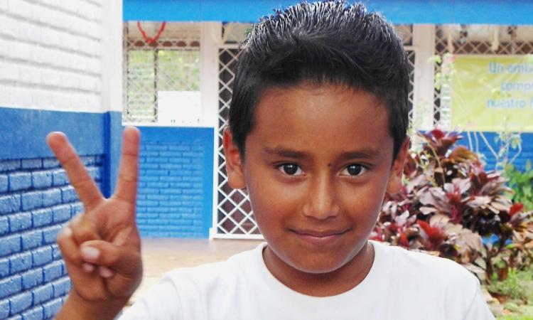 Romi Francisco Altamirano González celebra que el aula cuente con energía eléctrica