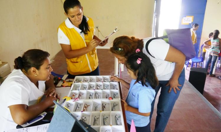 Jornada de diagnóstico y entrega de gafas en un colegio de El Salvador