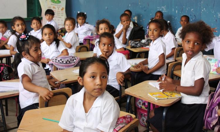 Niños y niñas en el aula de una escuela de Guayaquil