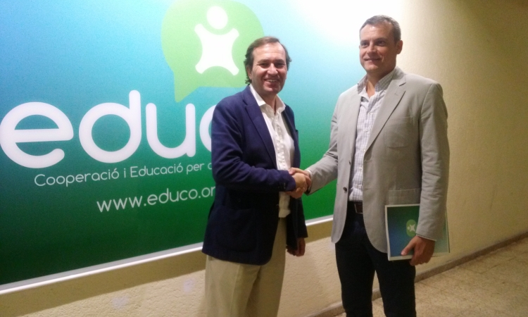 José María Faura, director de Educo, y Francisco Toledo, de Redyser, en la firma del convenio de colaboración.