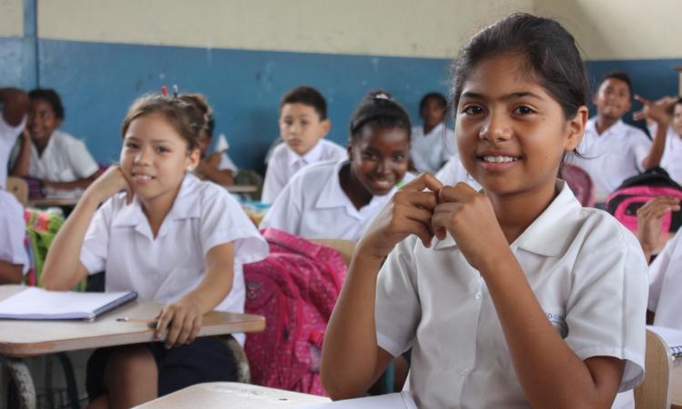 Jóvenes ecuatorianos en el aula de una escuela de Guayaquil