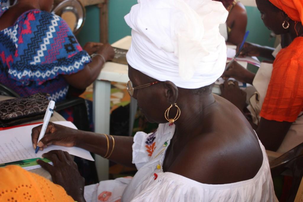 mujer en programa de alfabetización Senegal