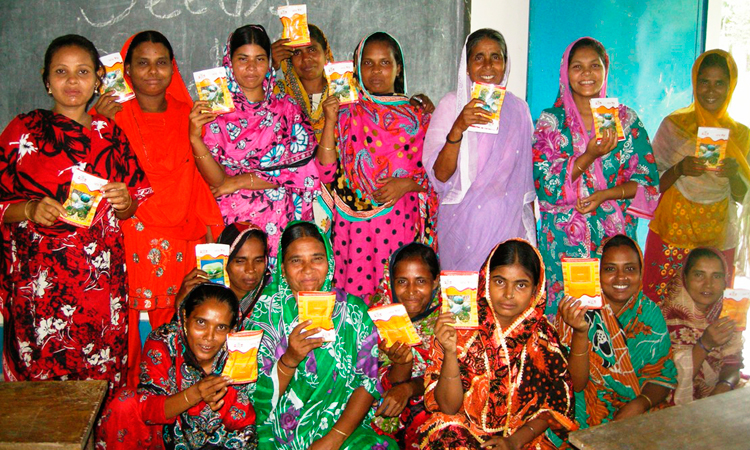 Entrega-de-semillas-a-mujeres-Bangladesh