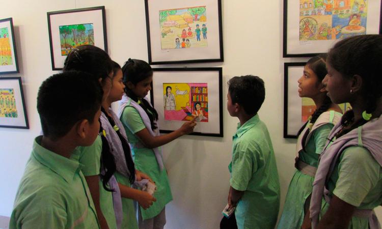 foto-exposicion-dibujos-Dhaka-grupo-de-niños