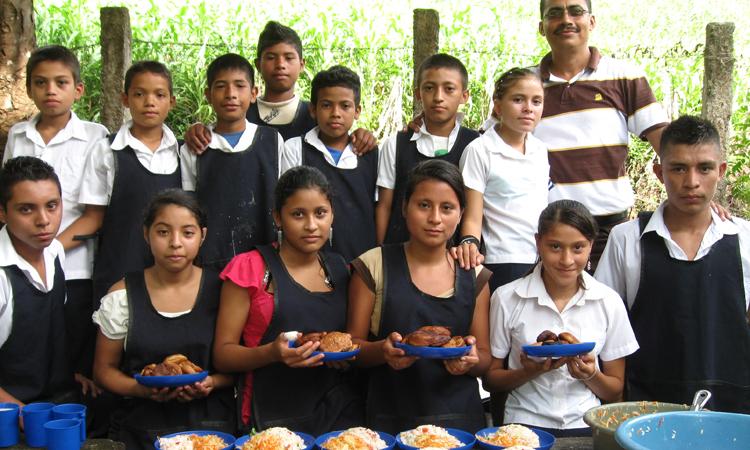 niños-mostrando-alimentos-en-su-escuela
