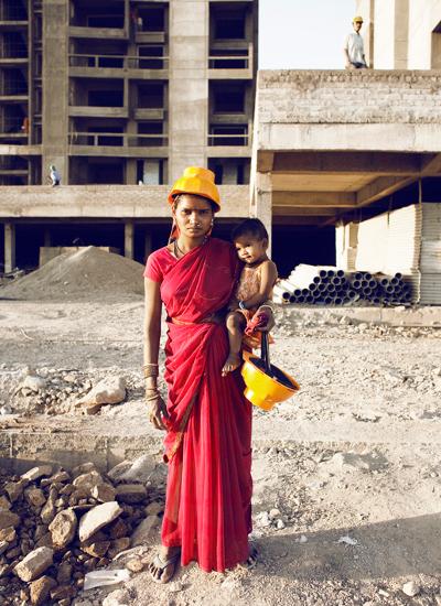 mujer con niño en edificio en construcción