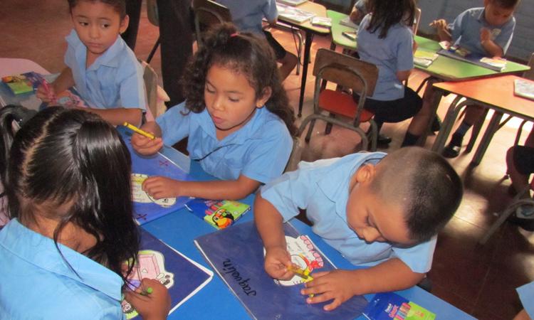 alumnos en aula escuela El Salvador
