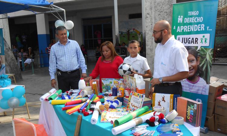 Allison participando en uno de los encuentros a favor de los derechos de los niños