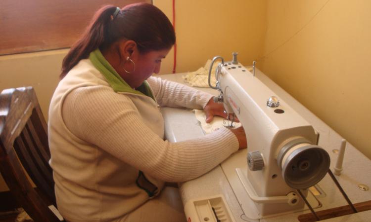 Melisa-en-taller-de-capacitación-de-costura
