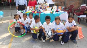 entrega paquete escolar en El Salvador