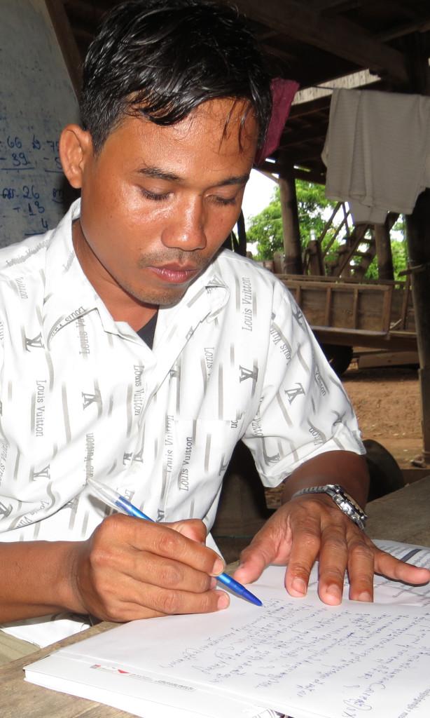 Yean Manom es uno de los profesores de la escuela Talous. Ahora se prepara las clases y ayuda a los niños en su aprendizaje