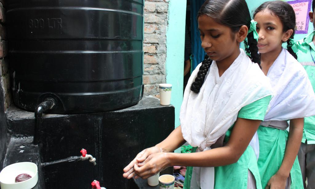 Niñas de una de las escuelas beneficiarias lavándose las manos