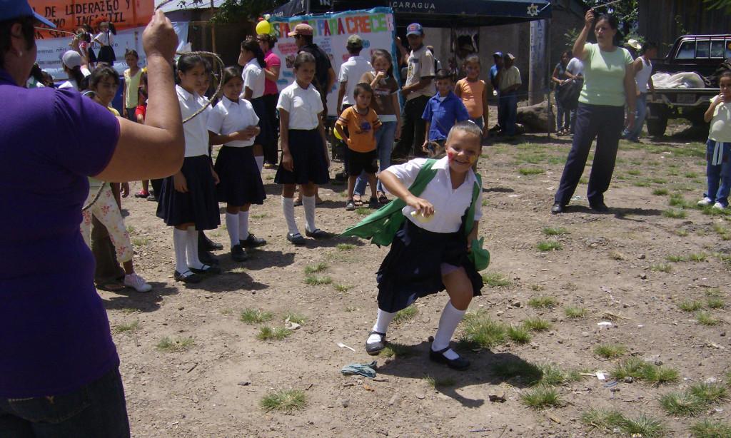 María José realizando las actividades que desarrolla Educo, cuando estudiaba en primaria
