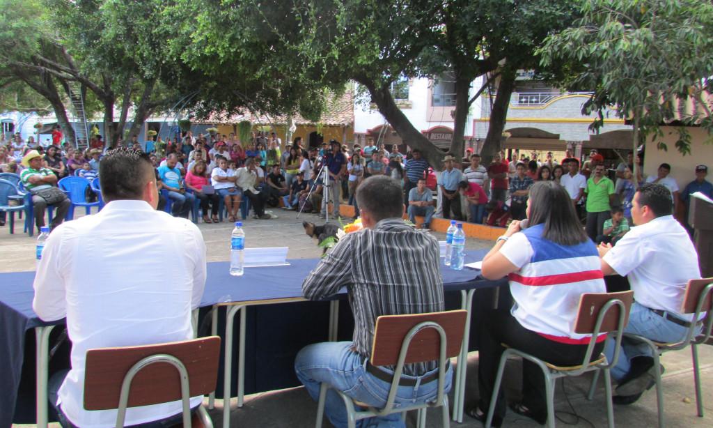 Los habitantes y los candidatos del municipio escuchando a los jóvenes