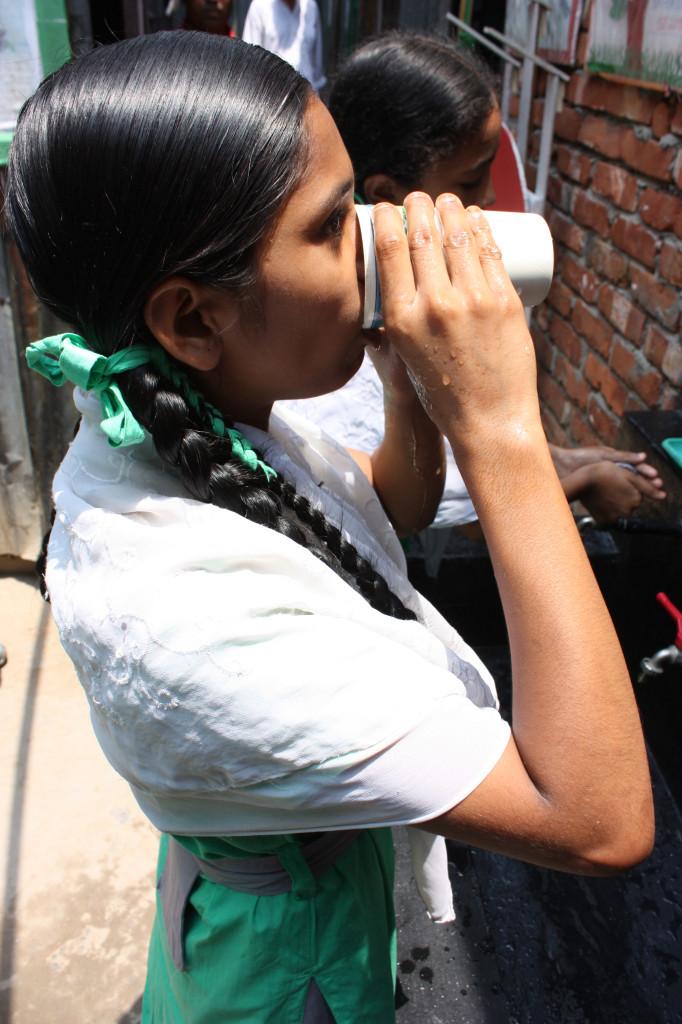 Una de las escolares bebiendo agua