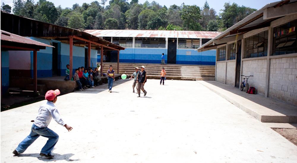 niños patio escuela Guatemala