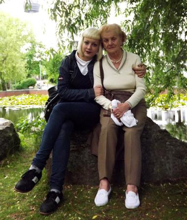 Carmen con su nieta en Colonia, Alemania.