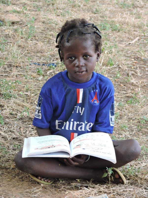 Burkina_alumna_con_libro