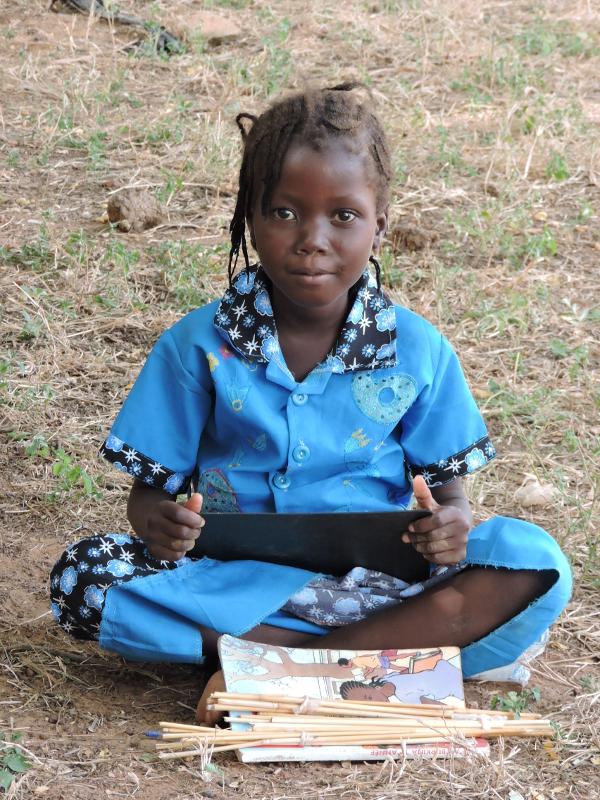 Burkina_alumna_con_pizarra