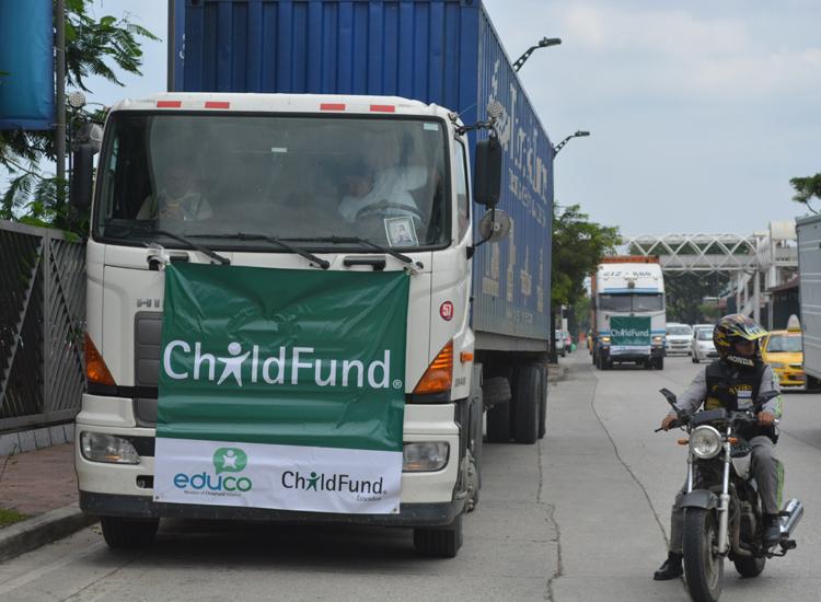 Un convoy de camiones de Educo-ChildFund transporta los kits de higiene a un centro de emergencias en Guayaquil