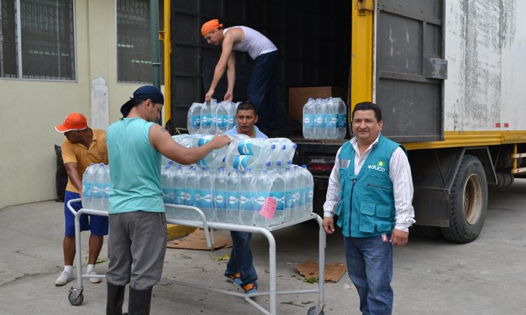 Un momento de la entrega del cargamento de agua y alimentos en el hospital de Portoviejo, el 23 de abril