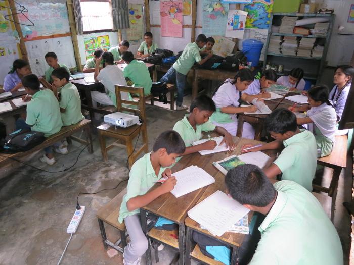 Alumnos de la escuela de Educo en Korail, el mayor slum de la capital bangladesí.