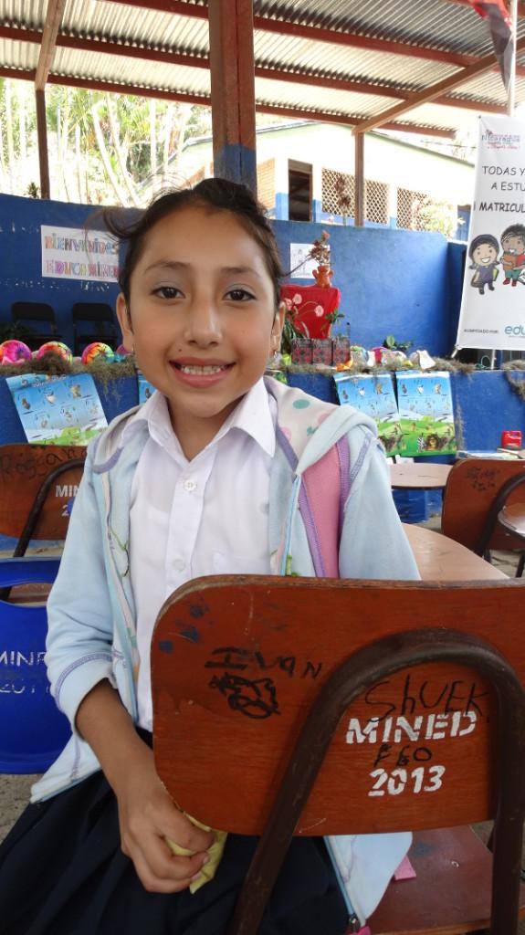 Leslie, de 5º curso, se muestra feliz con la llegada del material en su colegio