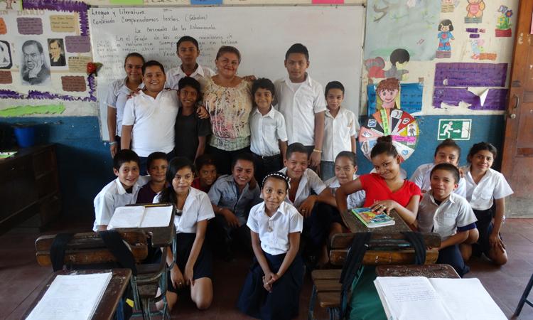 Tras 20 años de ejercicio de la profesión, mantiene intacta su ilusión por enseñar. En la imagen, posa con sus alumnos de la escuela de Managua
