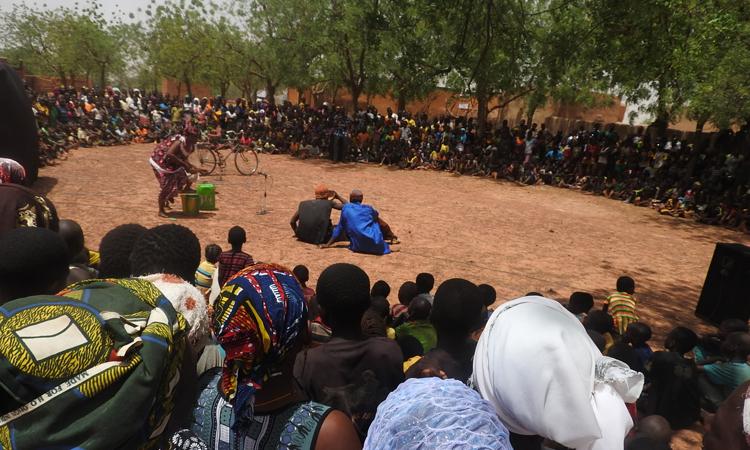 Un grupo de actores interpreta su función en una comunidad rural de Yatenga