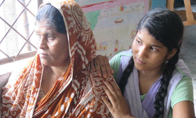 Sahanaj (a la derecha), junto a su madre en la escuela donde estudia