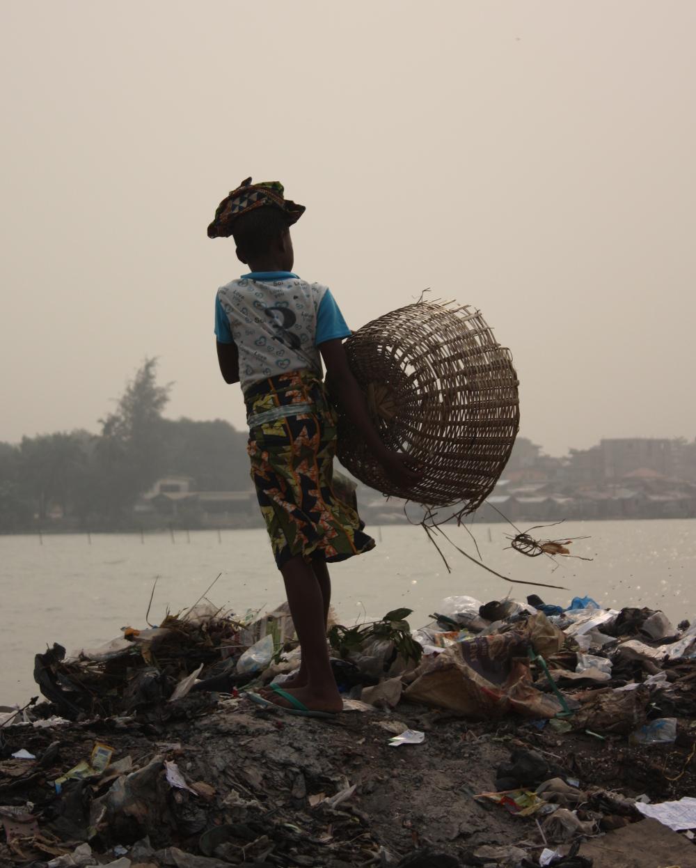 Una niña recoge desechos en el vertedero de Dantokpa