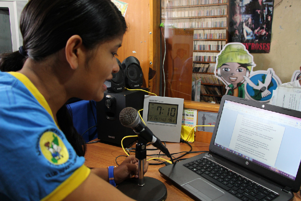 Francis en un momento del programa de radio que ellos mismos guionizan y realizan.
