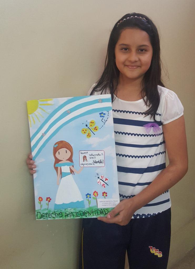 La pequeña Katherine muestra con satisfacción el dibujo ganador