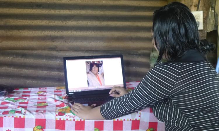La joven contempla el retrato de su antigua madrina, a quien agradece todo el apoyo recibido