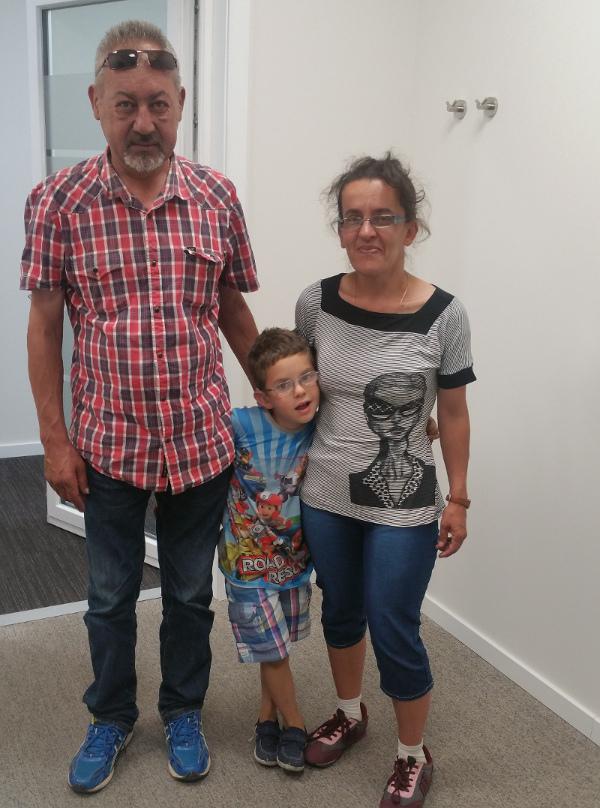 Ánder, con sus papás, tras recibir los nuevos audífonos