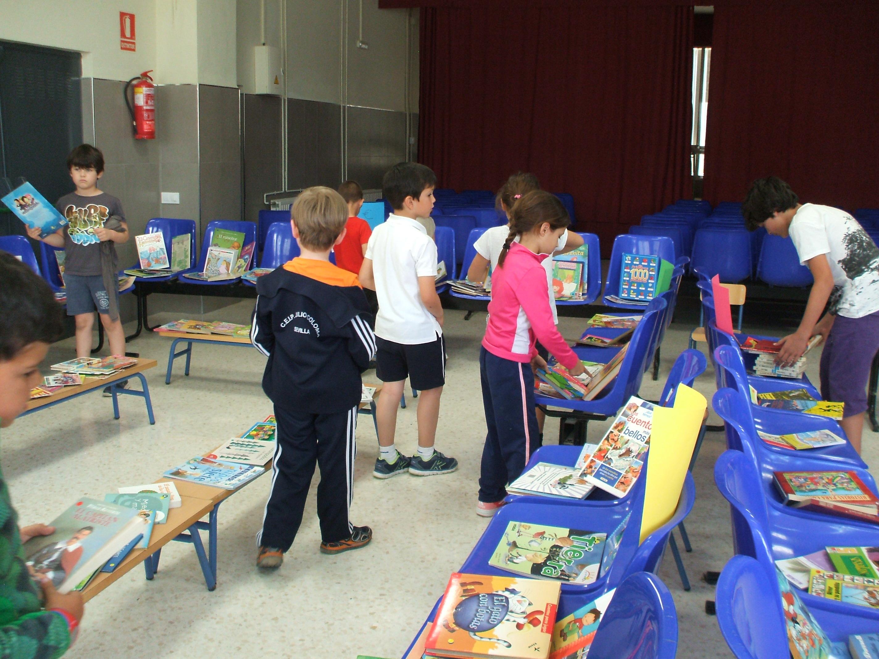 Alumnos decidiendo qué van a comprar