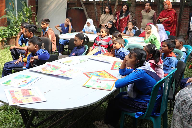 Niños y niñas de Bangladesh muestran sus dibujos