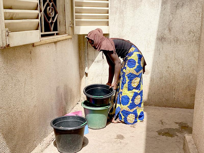 Image post Dejar la escuela para lavar la ropa, fregar, cocinar y acarrear agua