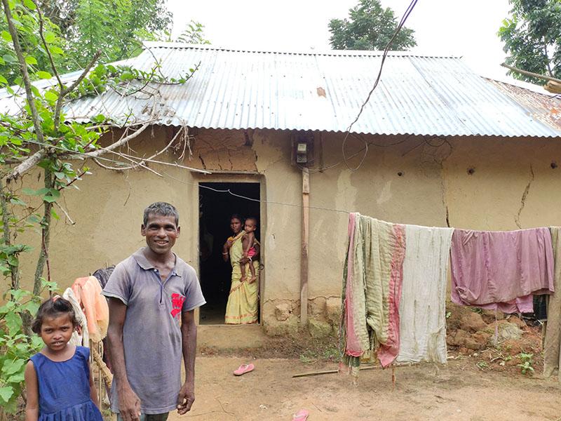 Dakhi-Tanti-frente-a-su-casa.jpg