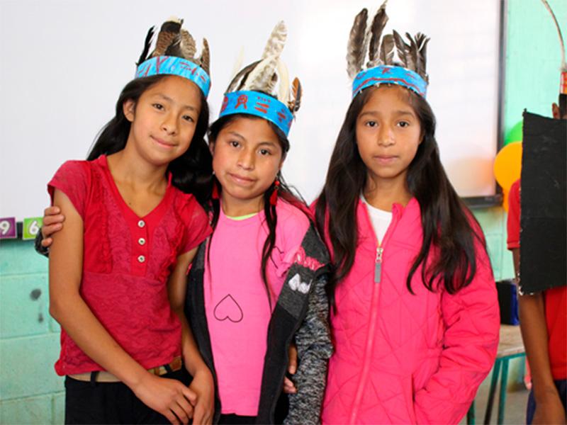 Damaris-con-amigas-escuela-Guatemala.jpg