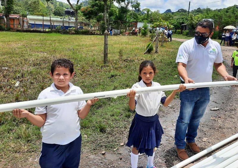Entrega de material para construir sistema de agua potable