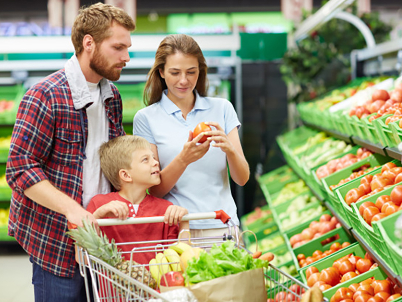 Familia-comprando-verdura-supermercado-(1).jpg
