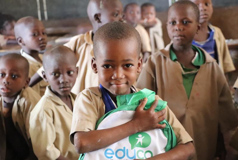 Niño con mochila de la ONG educo