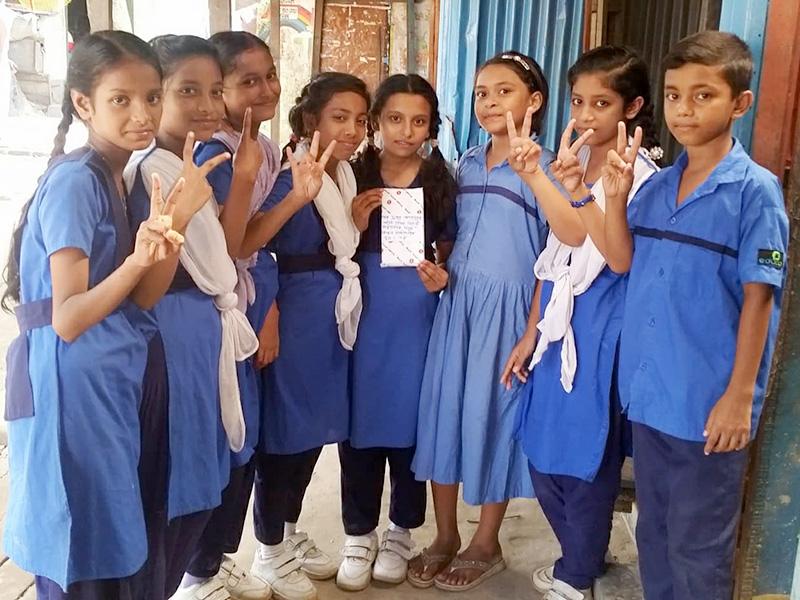 Keya-celebra-el-premio-con-amigos-Bangladesh.jpg