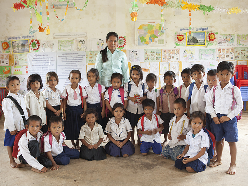 Maestra-y-alumnos-Camboya.jpg