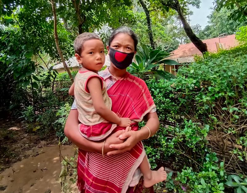 Moushumi con uno de sus hijos