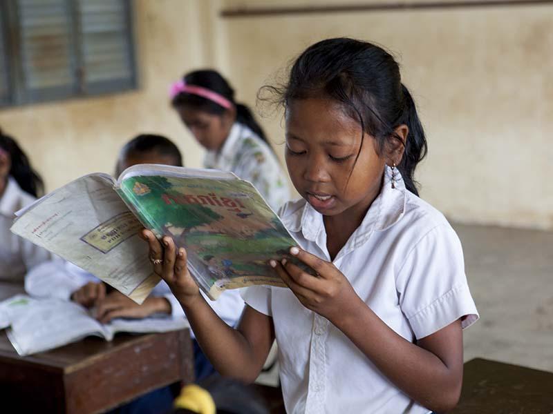 Nina-Camboya-leyendo.jpg